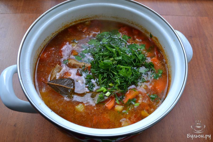 В конце варки добавить в кастрюлю измельченную зелень петрушки и укропа, все перемешать, дать шурпе прокипеть минут 5. Накрыть кастрюлю крышкой и дать супу настояться 15-20 минут.
