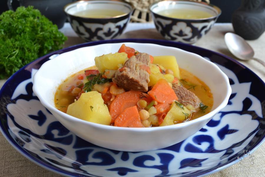 Готовую шурпу из говядины разлить по тарелкам и можно подавать. Приятного аппетита.