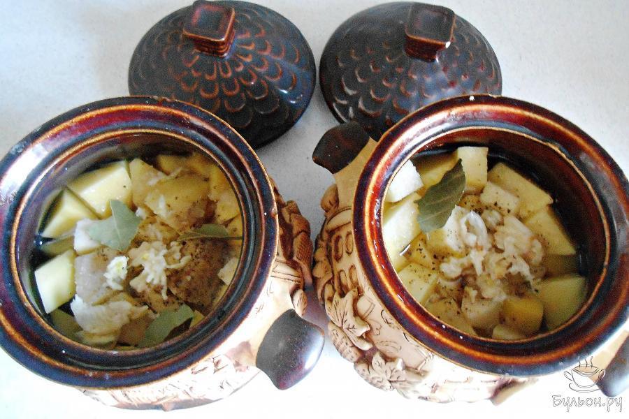 Налить в каждый горшочек по полстакана воды, добавить по одному лавровому листику, по 0,5 чайной ложки соли и перца, по 2 измельченных зубчика чеснока.