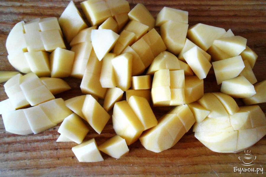 Картошку почистить и порезать крупными кусочками.