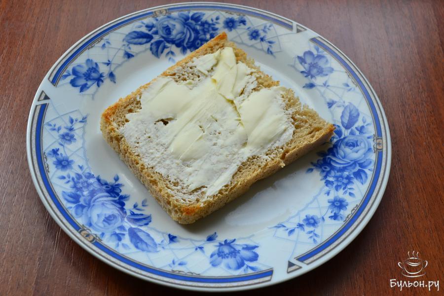Ломти хлеба предварительно подсушить на сухой сковороде, остудить. Смазать хлеб сливочным маслом. Хлеб можно использовать любой - черный, серый или белый.