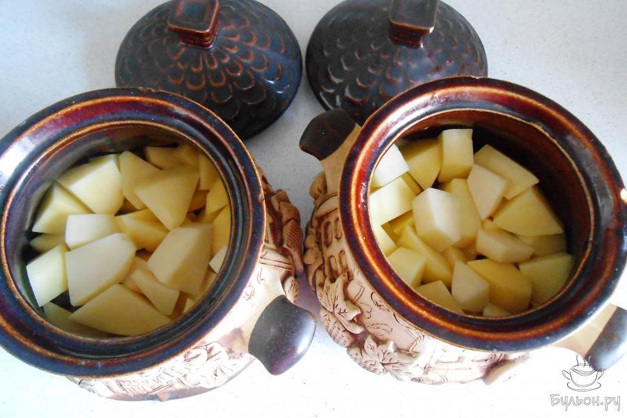 Выложить картошку в горшочки поровну.