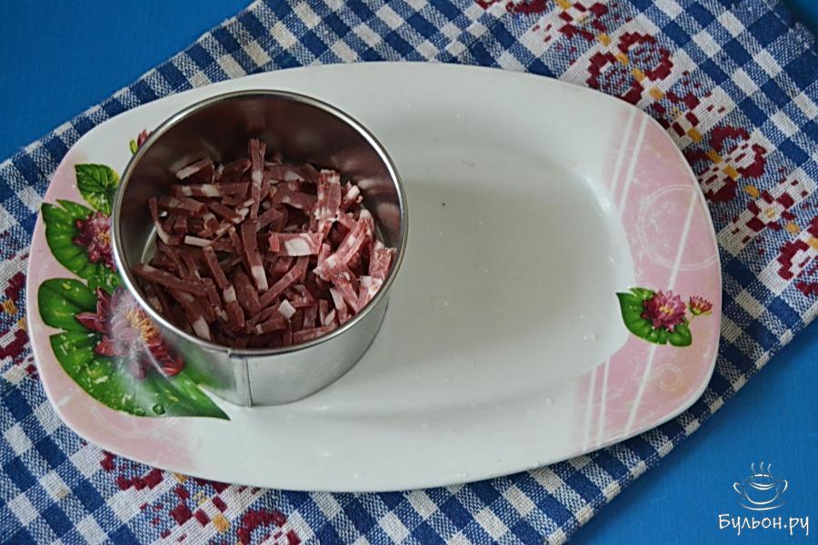 Выложить (можно при помощи квадратных или круглых вырубок для гарнира) нижним слоем нашего салата.