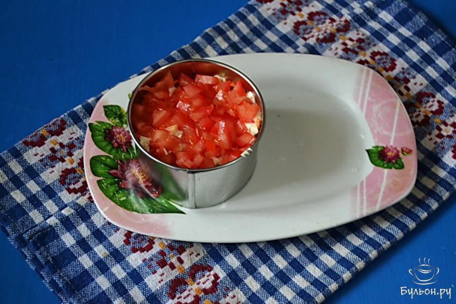 И последний слой - помидоры. Помидоры нужно взять крепенькие, чтобы они не дали лишнего сока. С этой же целью готовить салат нужно непосредственно перед подачей.