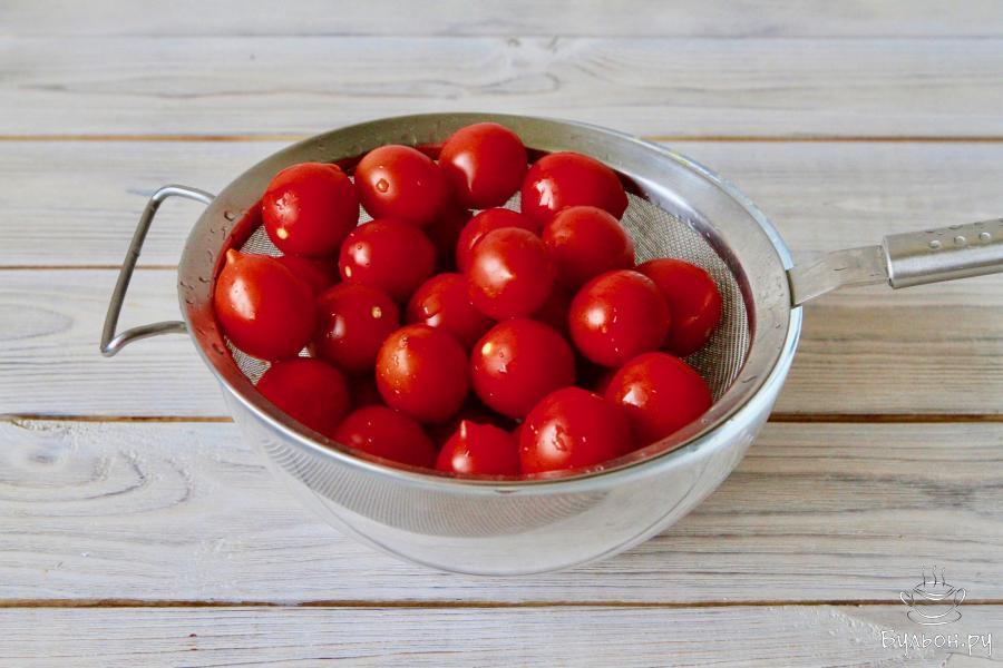 Первым делом необходимо выбрать хорошие томаты. Для приготовления отлично подходят помидоры черри. Плоды должны быть спелые, небольшого размера и желательно сладкими.