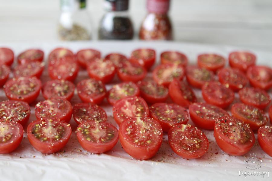 Подготовить лист для запекания, застелить его пергаментом и уложить дольки помидор. Каждую из них присыпать солью, перцем, прованскими травами, паприкой. Затем необходимо сбрызнуть оливковым маслом.