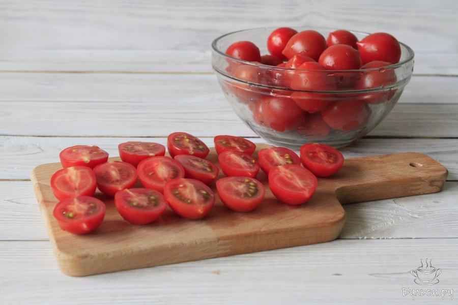 Помидоры удалить от подножек, тщательно промыть, обсушить и разрезать пополам. По этому рецепту середину из томатных долек не удаляют.
