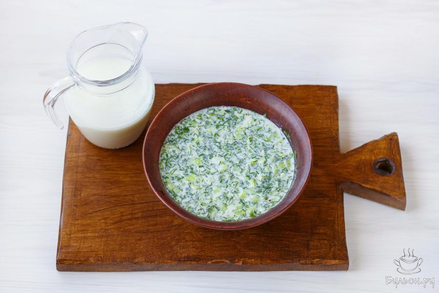 Влейте кефир. Тщательно смешайте компоненты и поместите суп в холодильник на 1-2 часа, для того чтобы он настоялся.