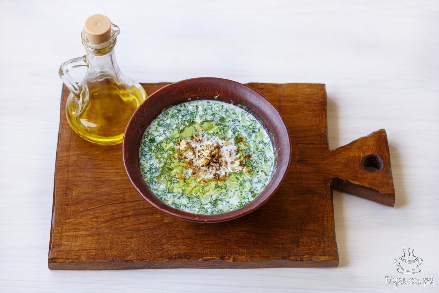 Каждую порцию блюда сбрызните оливковым маслом и присыпьте 2-3 щепотками измельченных грецких орехов.