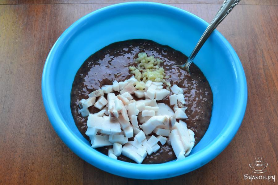 Печеночную массу выложить в миску, добавить измельченный чеснок и порезанное маленькими кусочками свиное сало.