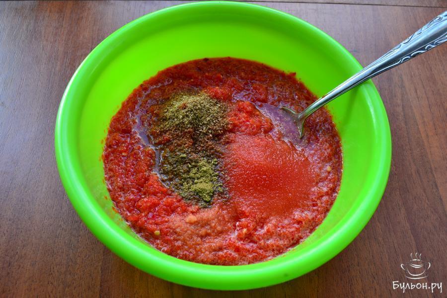 Выложить массу из перца в миску, всыпать сахар и соль, добавить кориандр и хмели-сунели.