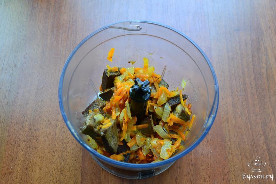 Поместить печень с овощами в чашу блендера.