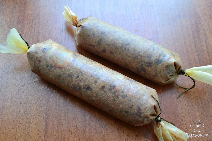 А затем наполнить мягкую оболочку подготовленным печеночным фаршем, крепко перевязав концы. Слишком плотно наполнять оболочку фаршем нельзя.
