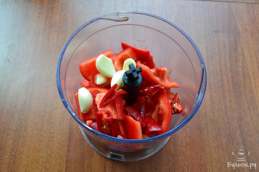 В чашу блендера поместить перец болгарский, чили и очищенный чеснок.
