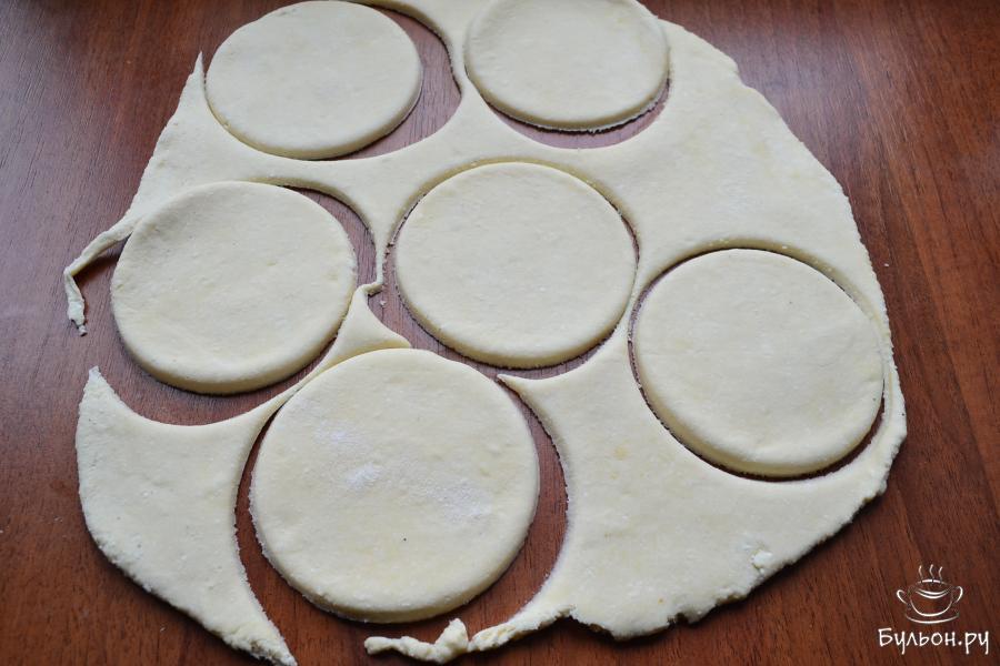 Очень послушное, нежное тесто раскатать в лепешку толщиной 5 мм и стаканом или другим приспособлением вырезать кружочки.