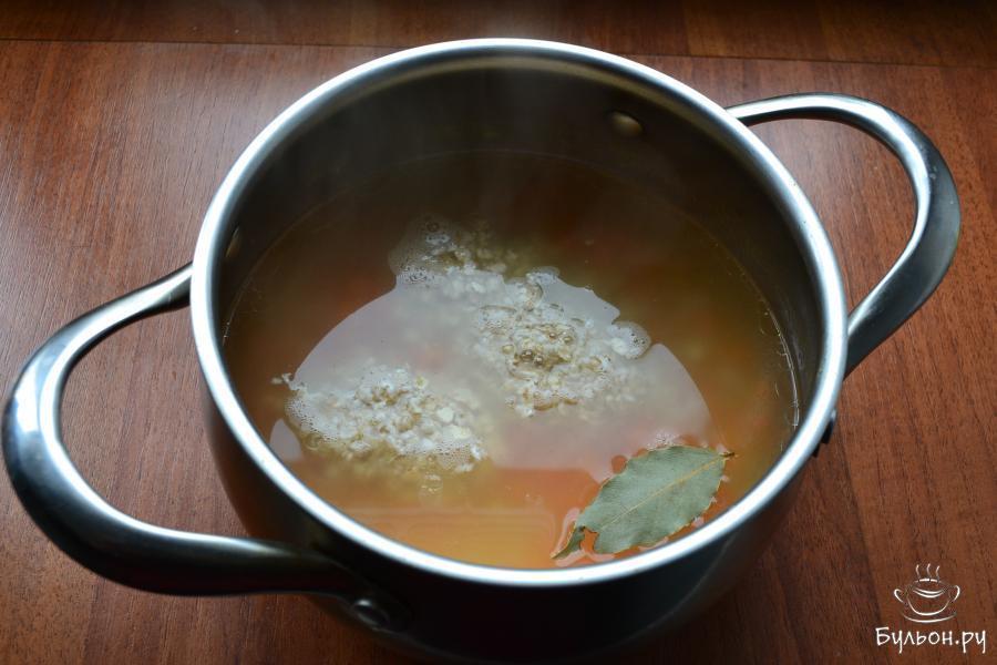 Долить нужное количество горячей воды, так, как часть ее выкипит. Снова все закипятить и всыпать овсяные хлопья, суп перемешать ложкой и если понадобится, досолить. В кастрюлю поместить лавровый листик.