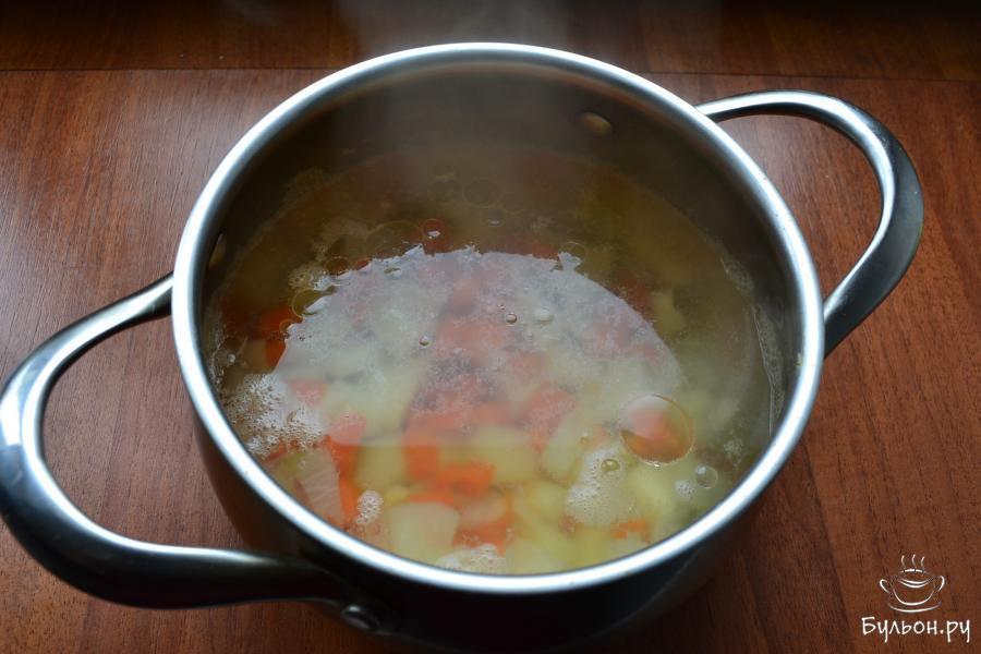 Поместить кастрюльку на огонь, все закипятить, влить масло, любое растительное и всыпать немного соли. Варить овощи, убавив огонь до минимального, прикрыв кастрюлю крышкой, около 40 минут.
