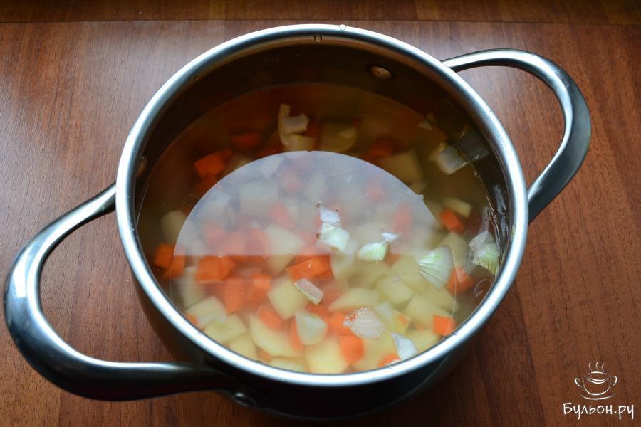 Сюда же, нарезать и лук, влить холодную воду.