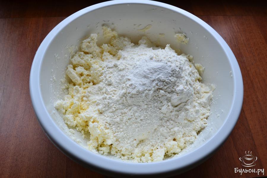 Всыпать половину муки и добавить ванильный сахар.