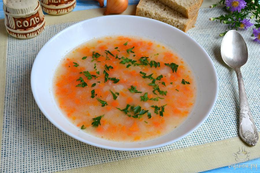 Кипятить овощной суп с овсяными хлопьями еще буквально пять минут, выключить газ. Дать вкусному супу настояться минут десять, а затем разлить его по тарелкам, сверху посыпать рубленной петрушкой. Приятного аппетита.