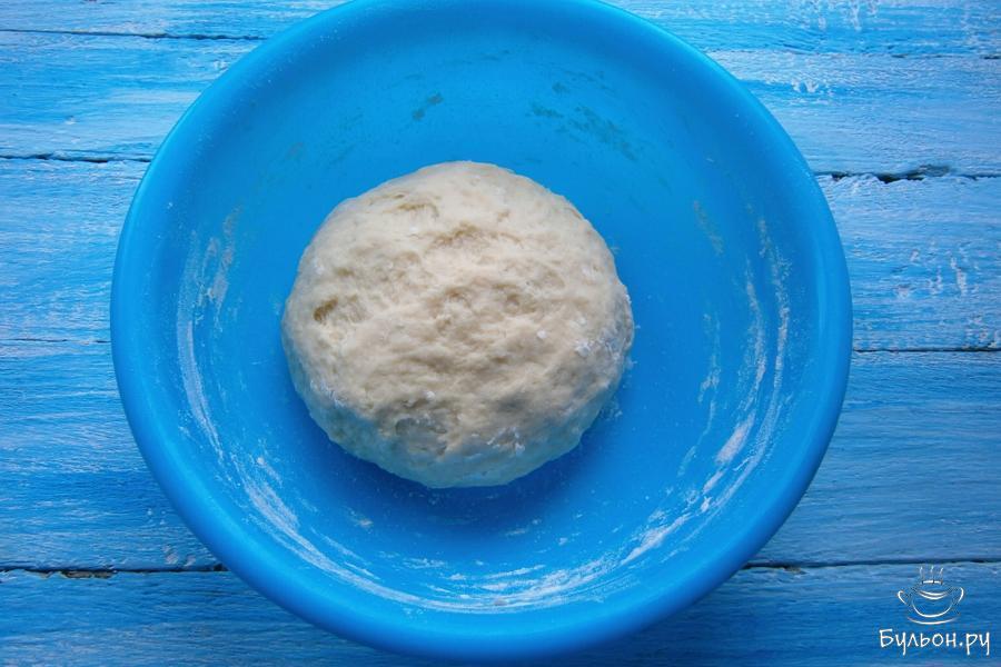 Замесить плотное, но мягкое и не липнущее тесто.