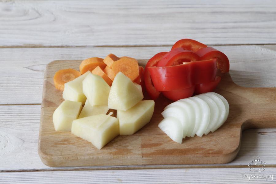 Подготовить все овощи по списку, почистить и нарезать произвольно.