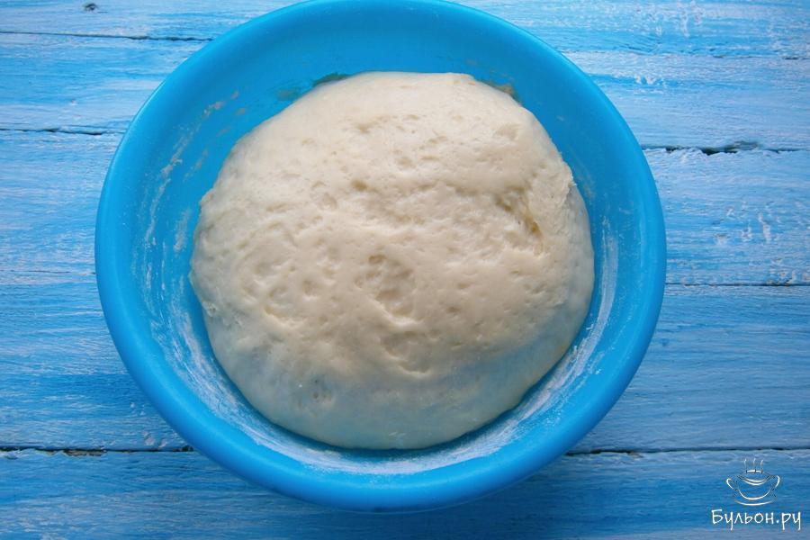 Тесто накрыть целлофаном или пищевой пленкой, оставить в тепле на 60 мин. Тесто увеличится почти в два раза.