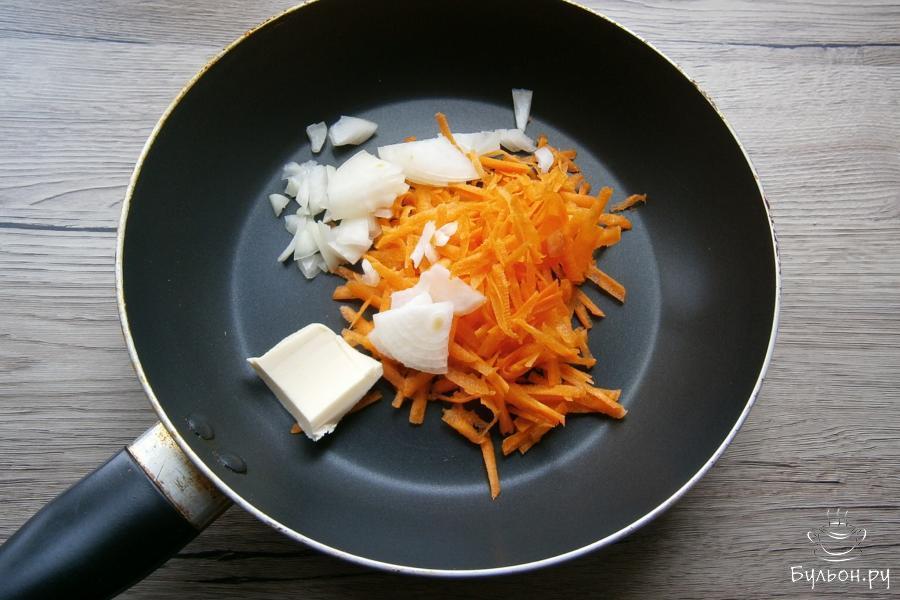 Лук порезать небольшими кусочками, морковку натереть, поместить овощи в сковороду с оставшимся сливочным маслом.