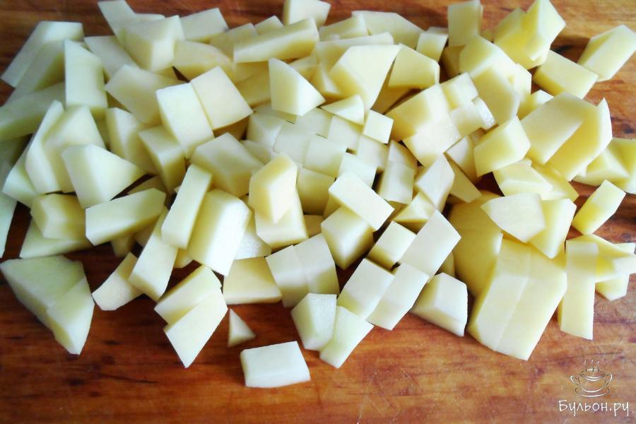 Картошку чистим и нарезаем небольшими кусочками.