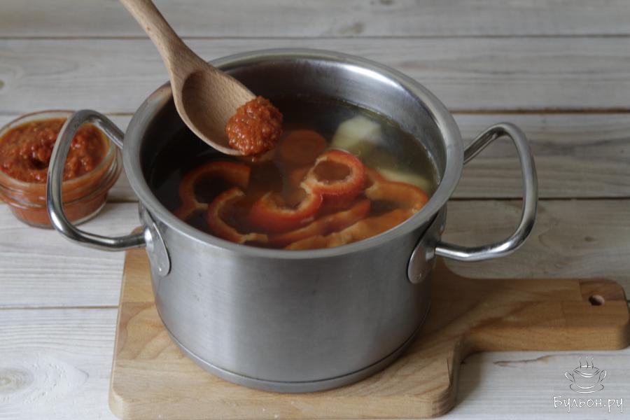 В самом конце добавить аджику ( при желании ее можно заменить на поджарку из помидор, чеснока и репчатого лука), соль, перец по вкусу.