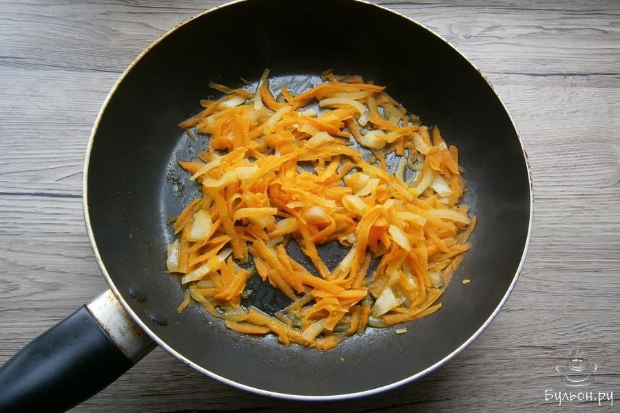 Поставить сковороду на огонь и когда масло растопится, влить немного горячей воды. Припустить овощи, перемешивая, минуты 3-4 - до мягкости.