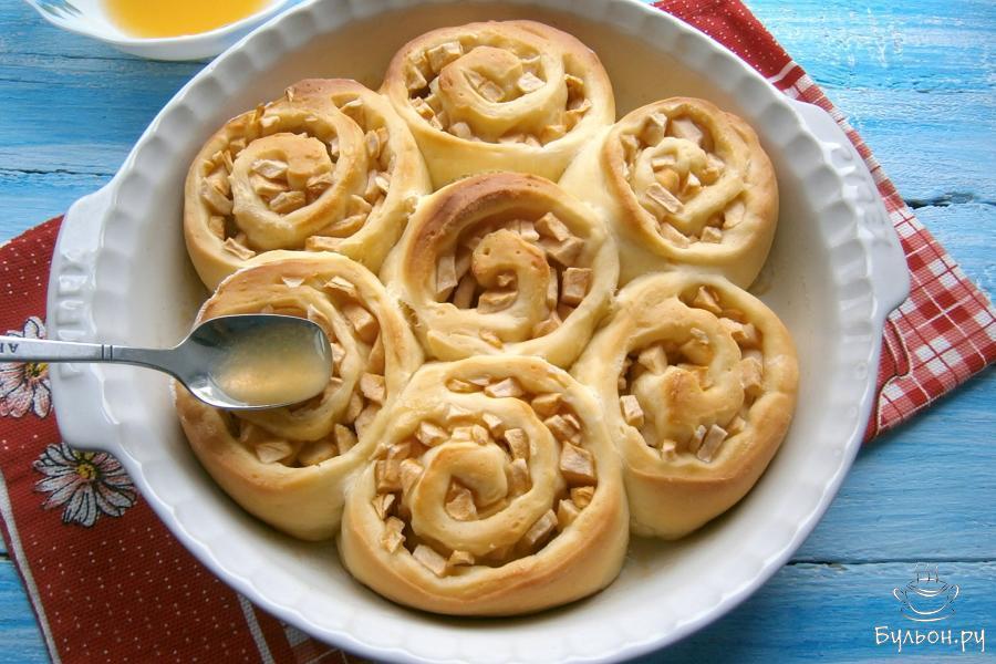 Готовый, горячий разборной пирог полить сверху сиропом из апельсинового сока. Дать пирогу полностью остыть, посыпать немного пудрой сахарной.
