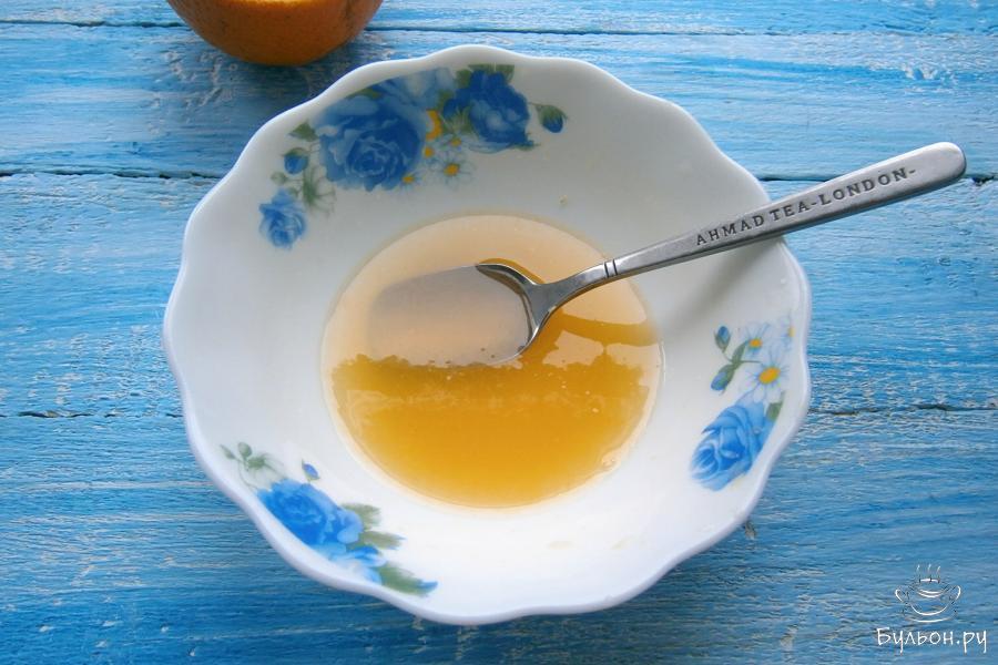 В апельсиновый сок всыпать 2 столовые ложки сахара, перемешать до растворения.