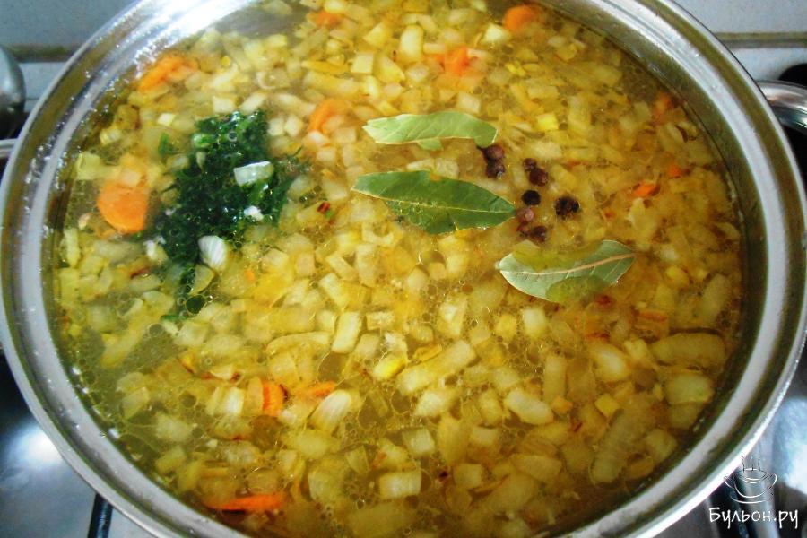 В конце приготовления добавляем лавровые листики, мелко нарезанный укроп, перец душистый горошком, солим по вкусу. Убираем с плиты, накрываем и оставляем минут на 15 настояться перед подачей.