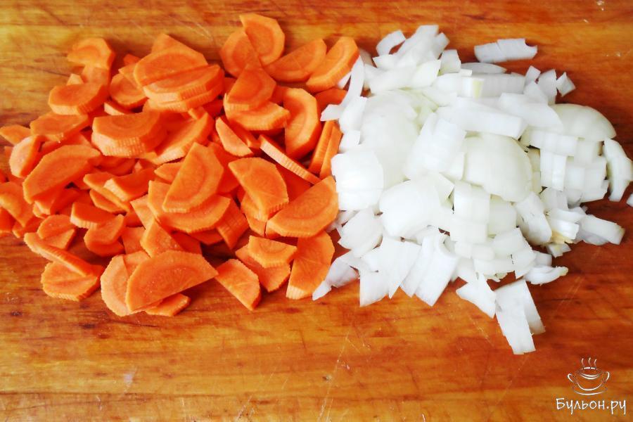 Морковку и луковицу очистим от кожуры и промываем. Морковку нарезаем полукружочками, луковицу нарезаем мелким кубиком.