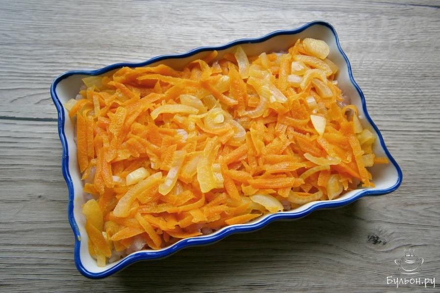 Овощи выложить следующим слоем в форму, на курицу.