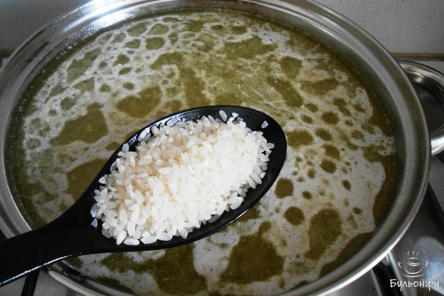 Сразу добавляем промытый рис, перемешиваем и снова доводим до кипения. Необходимо снять пенку и варим еще 15-20 минут.