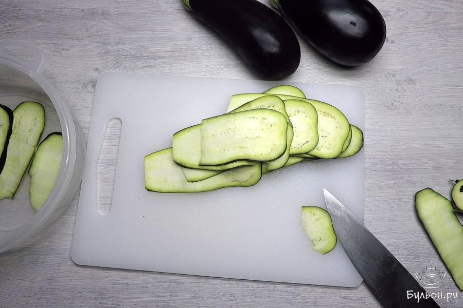 Баклажаны нарезать вдоль тонкими слайсами толщиной 2-3 мм.