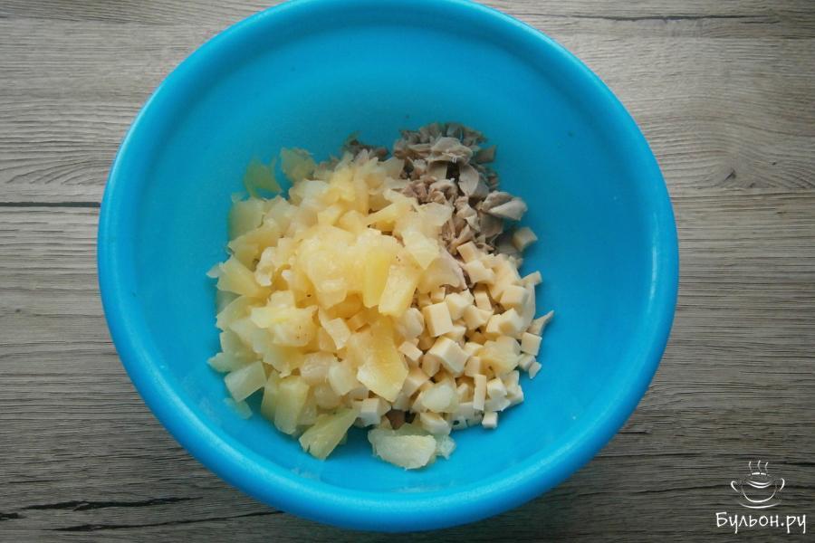 Сюда же, добавить порезанные кусочками консервированные ананасы или порезать свежую мякоть ананаса.
