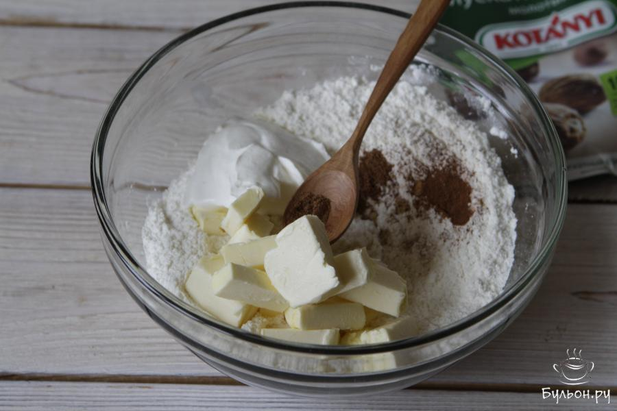 Порубить охлажденное сливочное масло, добавить сметану, корицу, имбирь, мускатный орех (по вкусу, но не более 1 ч. л