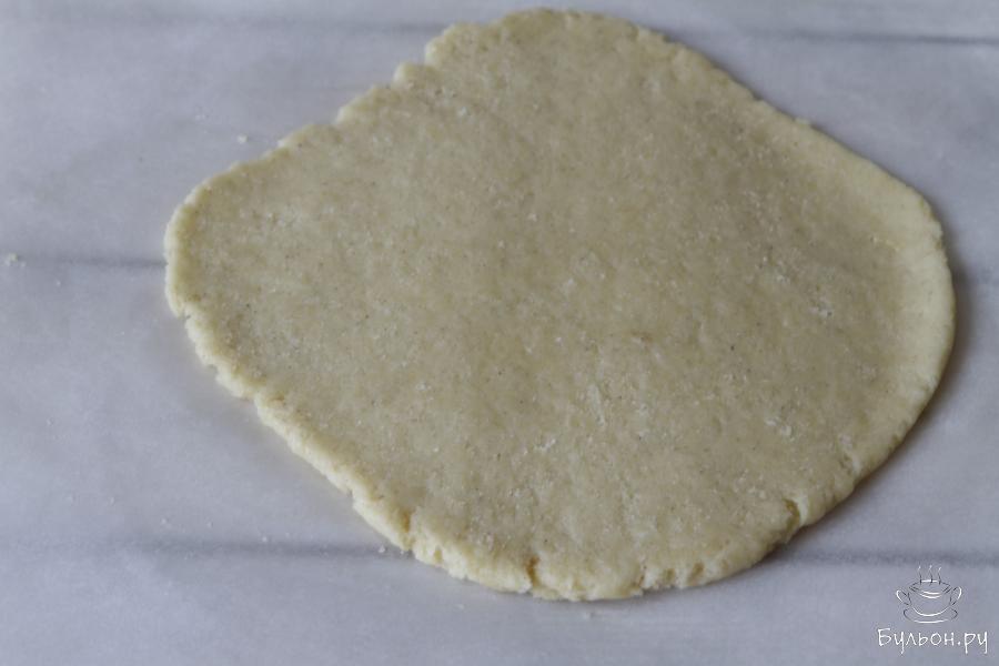 Охлажденное тесто раскатать толщиной не меньше 5 мм.