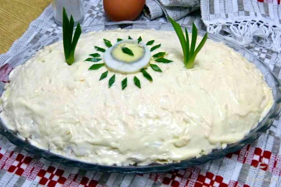 """Верх салата украсить яйцом и зеленым луком. Салат """"Мужские грезы"""" с отварной свининой готов. Удачи вам и приятного аппетита."""
