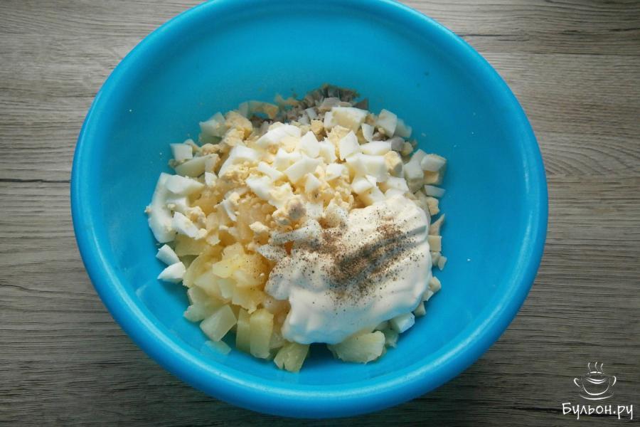 Далее, добавить вареное рубленое яйцо, несколько ложек майонеза или сметаны, йогурта. Салат немножко посолить и добавить черный перец для пикантности.