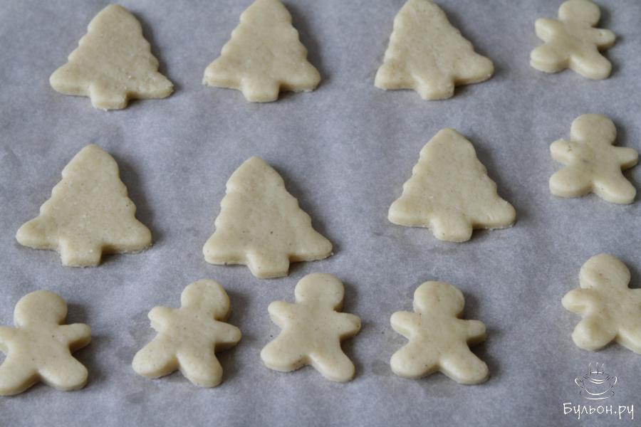 Печенье перенести на лист для запекания и отправить его в заранее разогретую духовку.