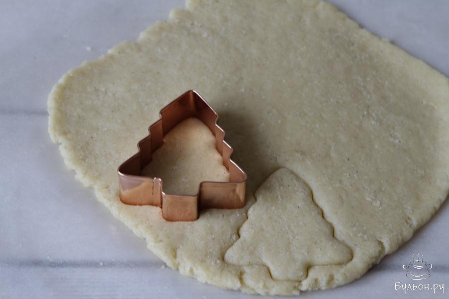 При помощи кондитерских форм вырубить печенье (фигурки могут быть любые).