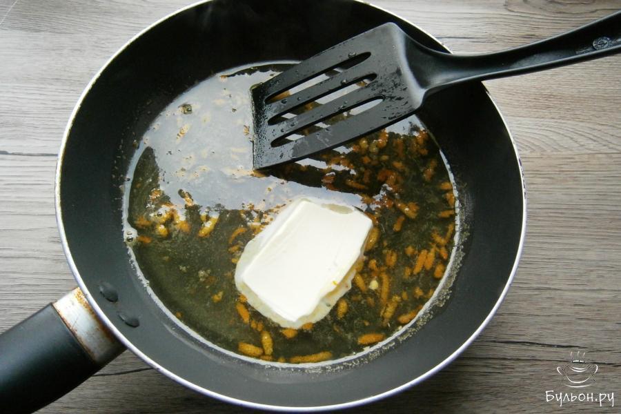 Сковороду поместить на огонь, кипятить соус до полного растворения сахара. Далее, добавить 25 г сливочного масла, дать ему разойтись.