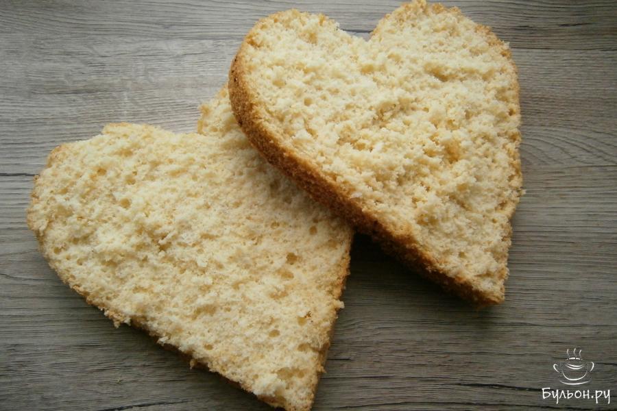Бисквит разрезать на 2 части. Из воды и 50 г сахара сварить сироп, который кипятить 3-4 минуты. После закипания добавить в него лимонный сок. Сироп остудить и пропитать им обе части бисквита.