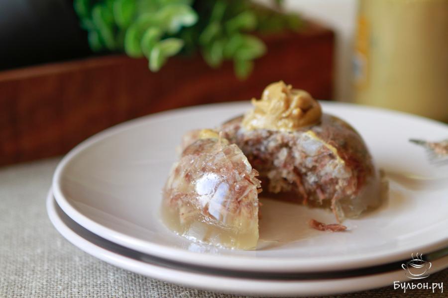 Подавать студень удобнее, да и эстетичнее, в порционных формах и обязательно с горчицей. Приятного аппетита.