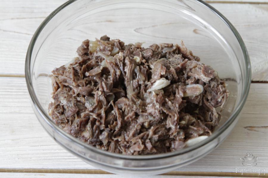 В отдельной кастрюле параллельно отварить кусок мяса до готовности. Остудить, разделать. Бульон вам не понадобиться, но его можно использовать для приготовления других блюд.