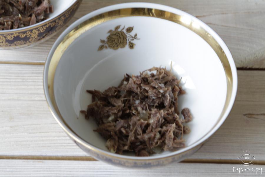 Мясо разложить по формам. Сюда при желании можно добавить немного измельченного свежего чеснока, отварную морковь или перепелиные яйца.